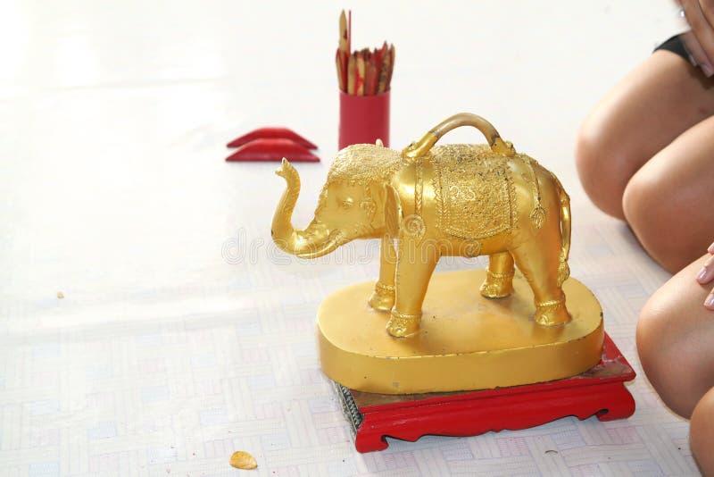 Gouden olifanten van een Boeddhistische tempel royalty-vrije stock foto's