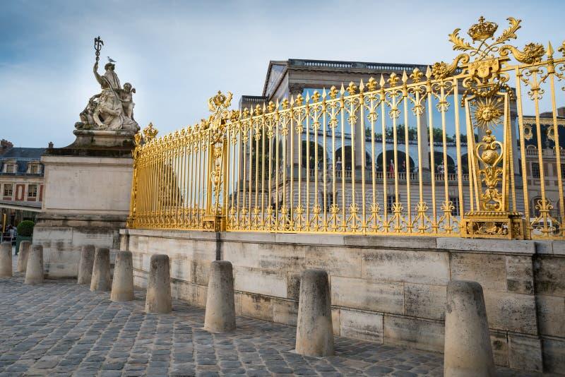 Gouden omheining en beeldhouwwerk bij het Paleis van Versailles stock afbeelding