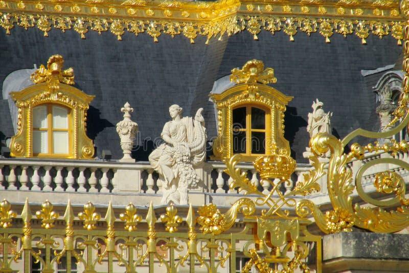 Gouden omheining en standbeelden op het dak van het paleis van Versailles royalty-vrije stock foto's