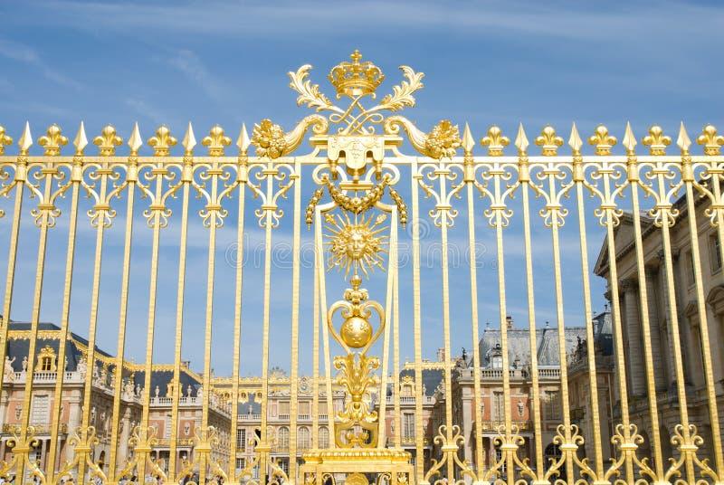 Gouden omheining en Versailles plalace stock afbeeldingen