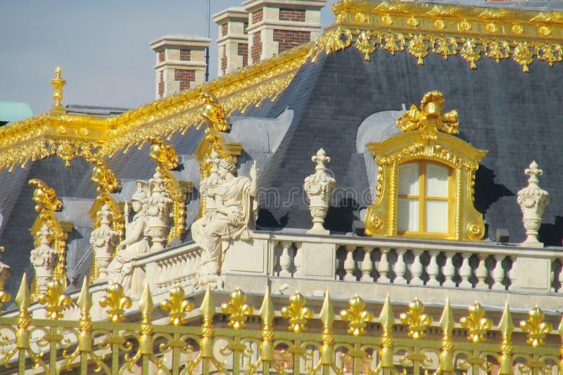 Gouden omheining met ornamenten en dak van het paleis van Versailles royalty-vrije stock fotografie