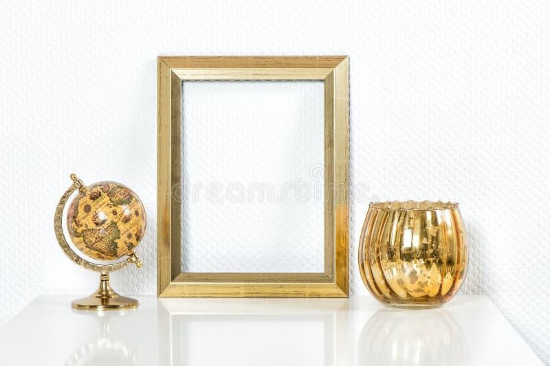 Gouden omlijsting met decoratie Spot omhoog voor uw foto royalty-vrije stock foto's