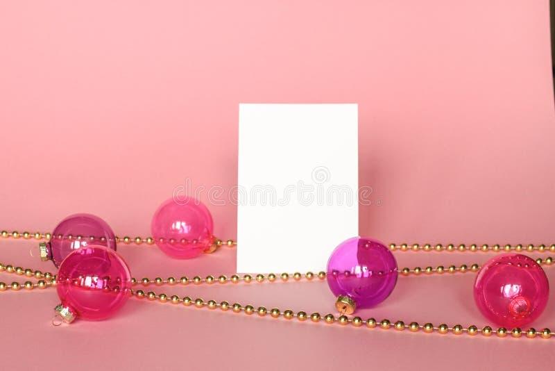Gouden omlijsting met Kerstmisornamenten Model op roze achtergrond Manierdecoratie stock afbeelding
