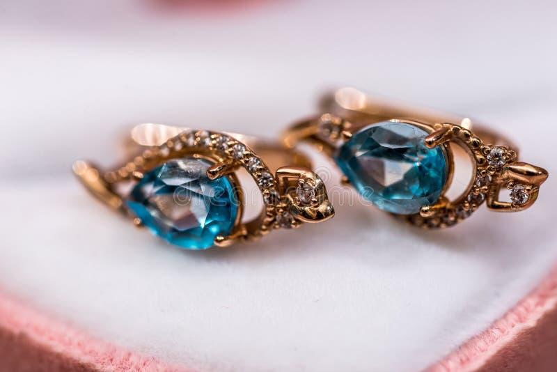 Gouden oorringen in de giftdoos royalty-vrije stock afbeeldingen