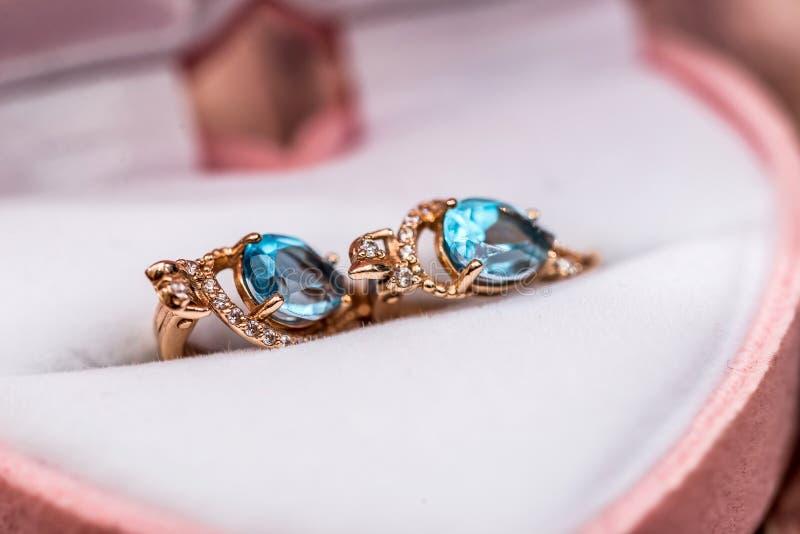 Gouden oorringen in de giftdoos royalty-vrije stock afbeelding