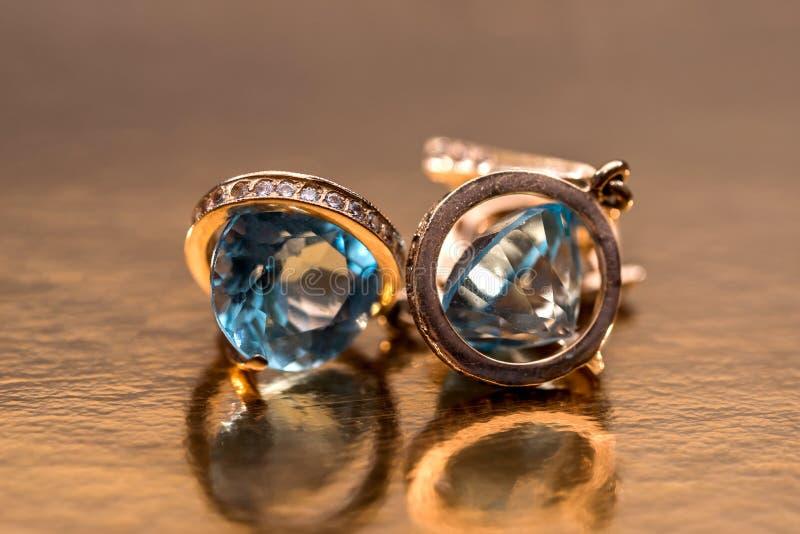 Gouden oorringen met kristallen royalty-vrije stock foto's