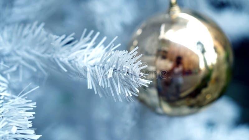 Gouden ornament op witte Kerstboom royalty-vrije stock foto