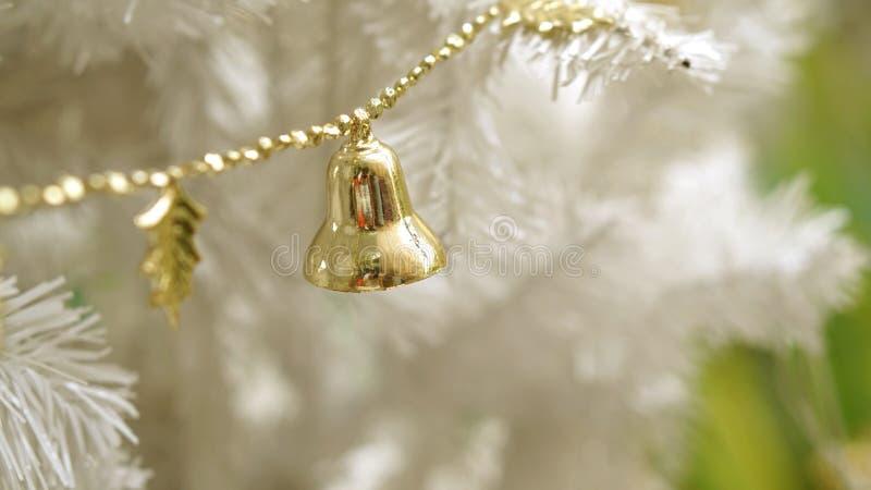 Gouden ornament op witte Kerstboom stock foto