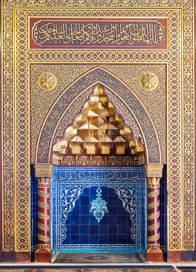 Gouden overladen overspannen mihrab gebied met bloemenpatroon, blauwe Turkse keramische tegels en Arabische kalligrafie, Kaïro, E stock foto's