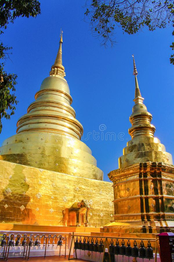 Gouden pagode bij phra singh tempel in Chiangmai, Thailand royalty-vrije stock foto