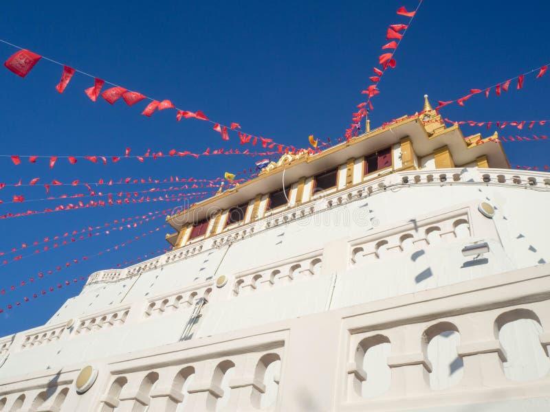 Gouden pagode in een Boeddhistische tempel royalty-vrije stock foto