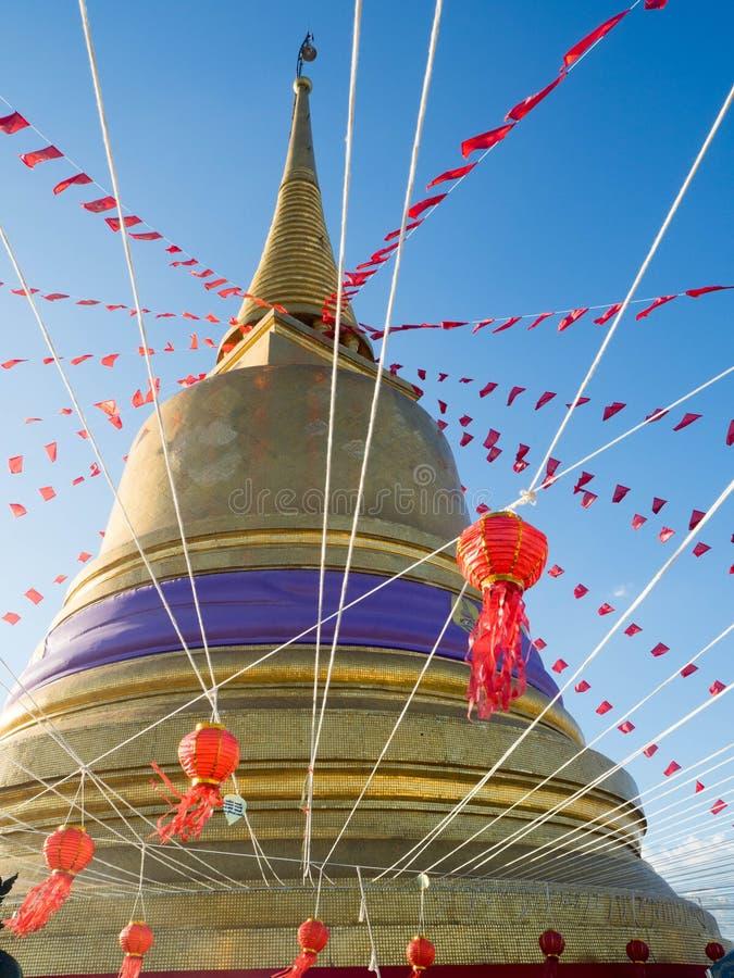Gouden pagode in een Boeddhistische tempel stock afbeelding