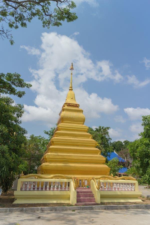 Gouden pagode met boom en hemelachtergrond stock fotografie