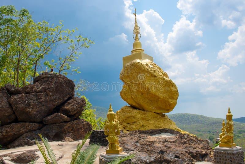 Gouden pagode op gouden steen met wolk en blauwe hemel stock foto's