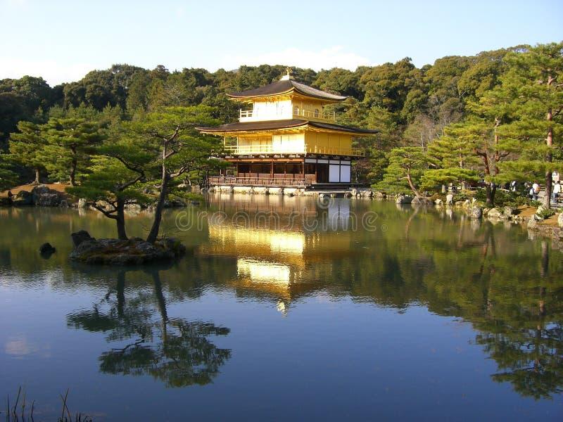 Gouden Paleis, Schoonheid en elegantie, die in Aziatische vijver wordt weerspiegeld stock foto's