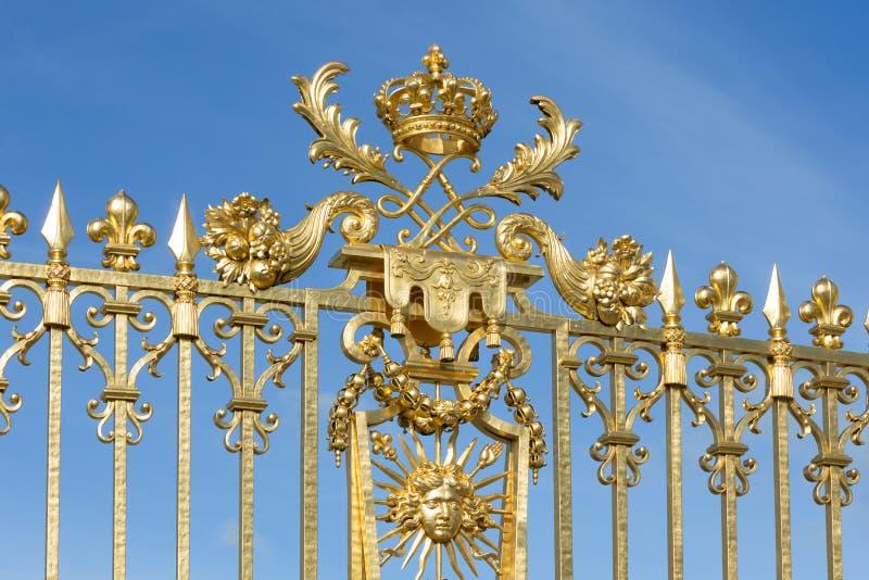 Gouden poort met ornamentpaleis Versailles dichtbij Parijs, Frankrijk stock foto's
