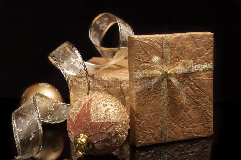 Gouden reeks Kerstmisdecoratie over zwarte achtergrond stock afbeelding