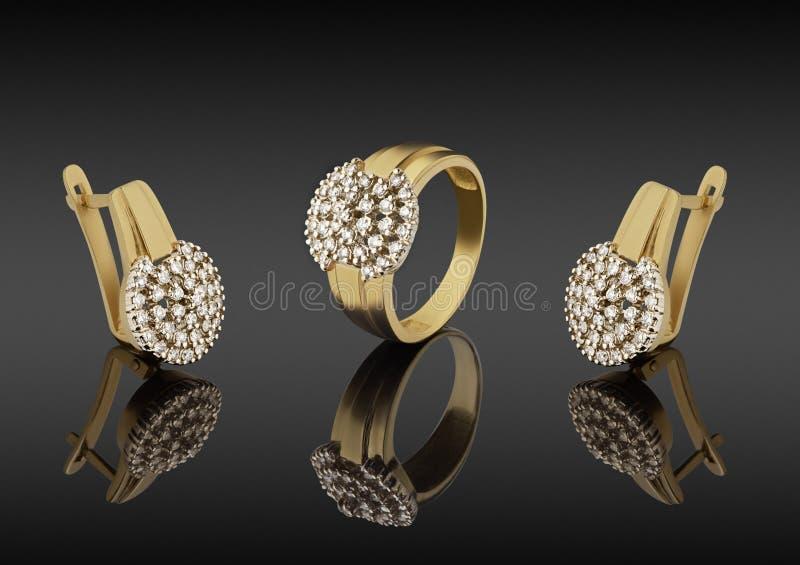 Gouden ring en oorringen met diamanten stock fotografie