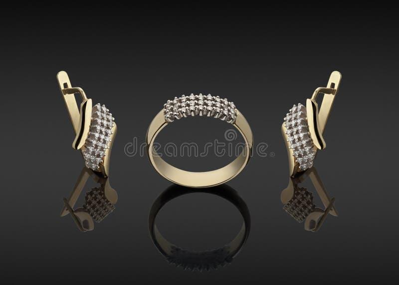 Gouden ring en oorringen met diamanten stock foto's