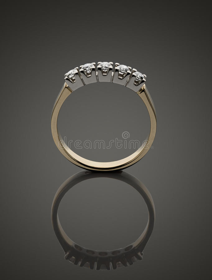 Gouden ring met brilliants royalty-vrije stock foto