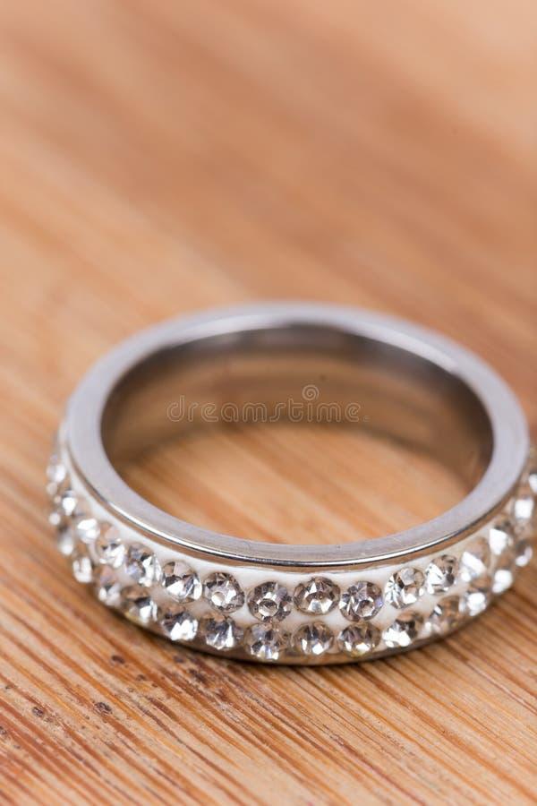 Gouden ring met diamanten met vage achtergrond Ondiepe diepte stock foto