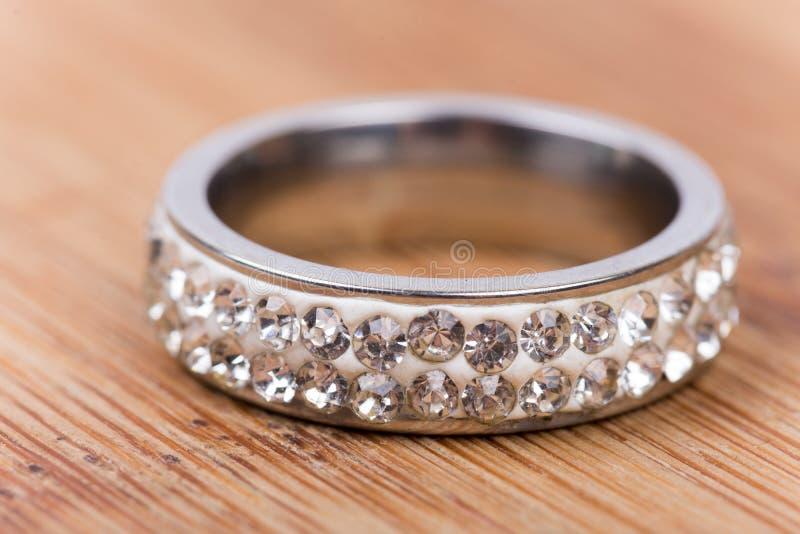 Gouden ring met diamanten met vage achtergrond Ondiepe diepte royalty-vrije stock afbeeldingen