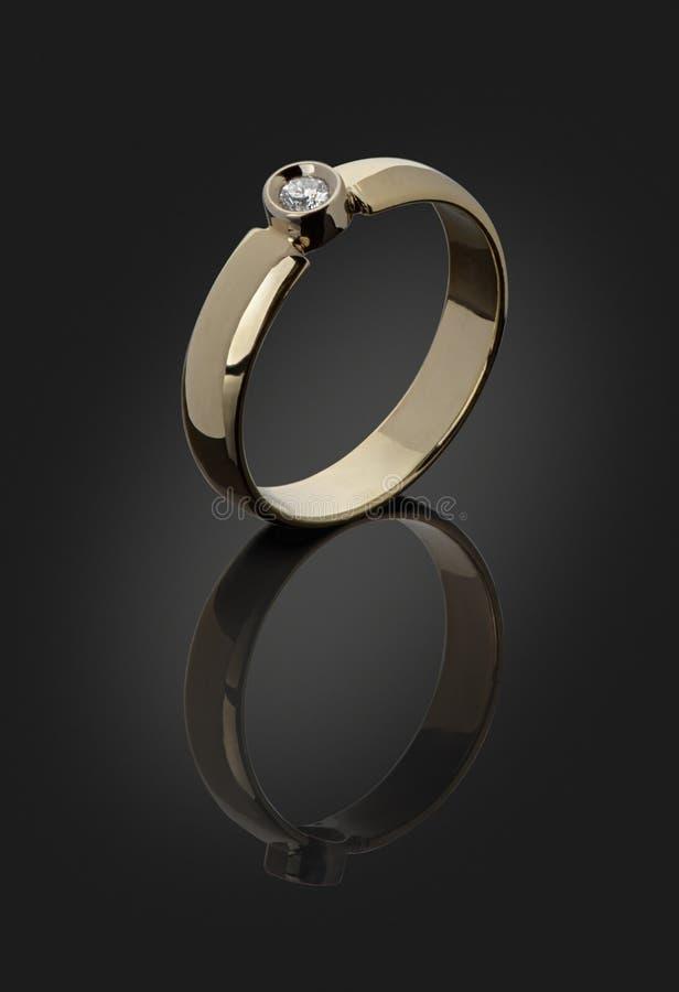 Gouden ring met een diamant stock afbeeldingen