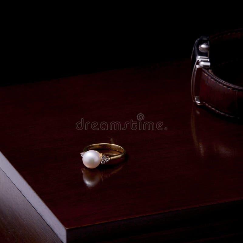 Gouden ring met een parel royalty-vrije stock afbeeldingen
