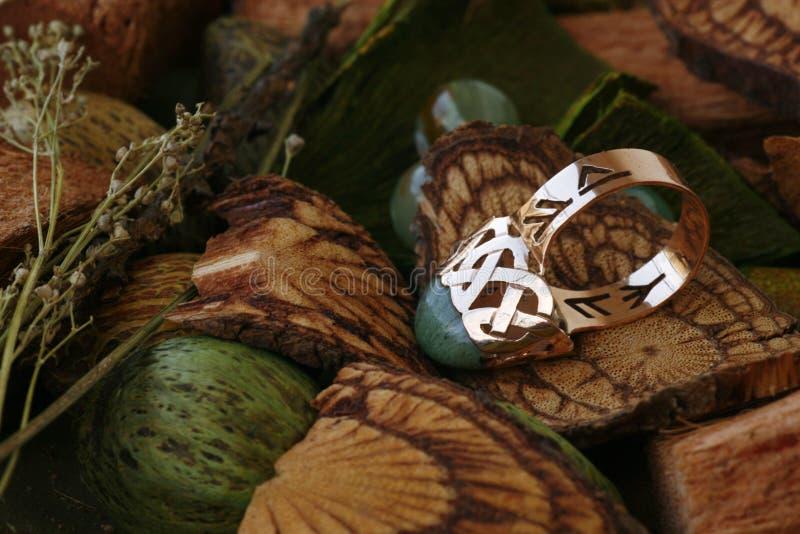 Gouden ring met groen agaat (rune) royalty-vrije stock afbeelding