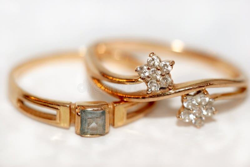 Gouden ringen stock afbeeldingen