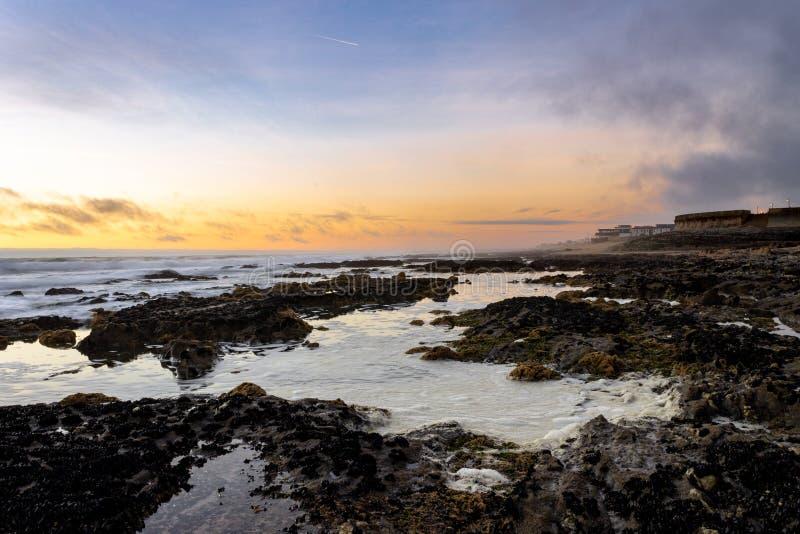 Gouden Rocky Seascape bij Zonsondergang royalty-vrije stock afbeeldingen