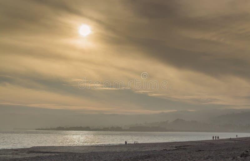 Gouden, rokerige hemel bij een strand in Santa Barbara, Californië stock foto's