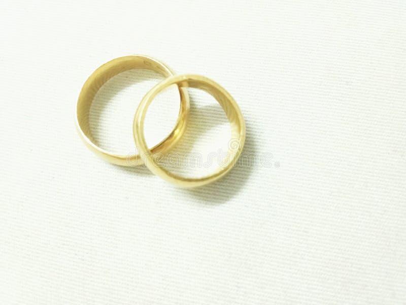 Gouden ronde ringen op witte achtergrond, cirkel en ronde vorm van ring stock afbeelding