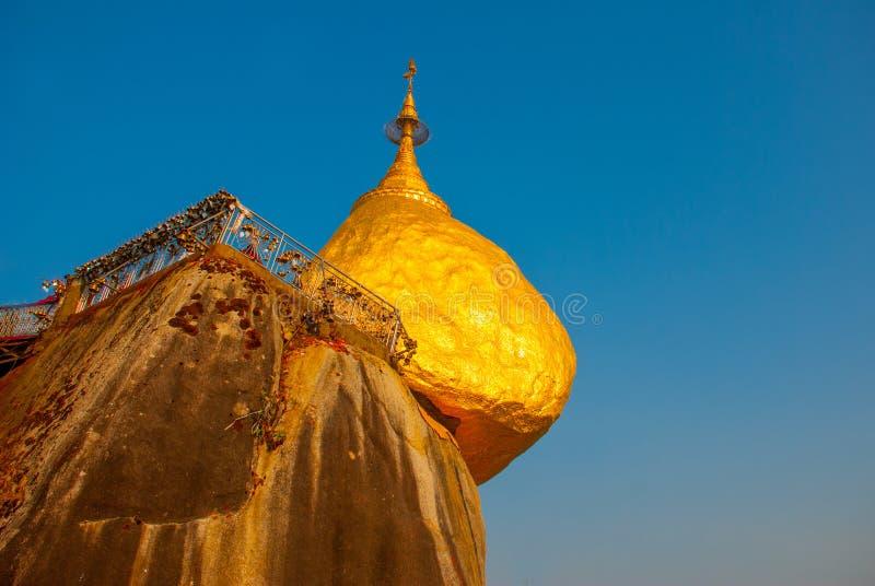 Gouden rots of Kyaiktiyo-pagode met blauwe hemelachtergrond, Myanmar royalty-vrije stock fotografie