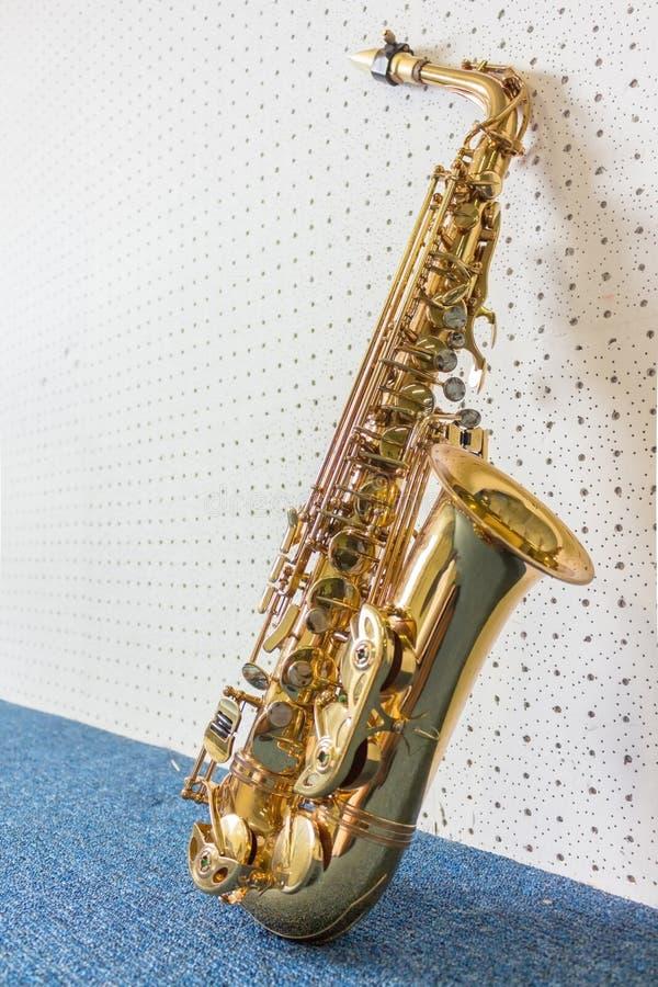 Gouden saxofoon op witte en blauwe muur royalty-vrije stock fotografie