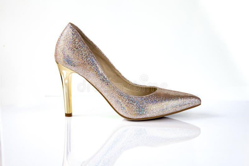 Gouden schitter de hoge die schoenen van hielvrouwen op witte achtergrond worden geïsoleerd royalty-vrije stock fotografie