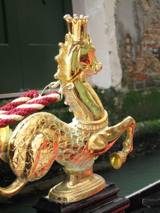 Gouden Seahorse met Kroon op Gondel in Venetië stock fotografie