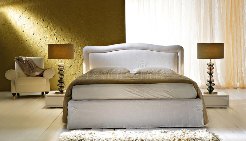 Gouden slaapkamer stock afbeelding. Afbeelding bestaande uit ...