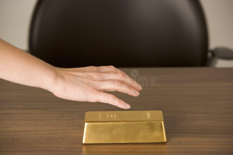 Gouden Staaf op Bureau royalty-vrije stock afbeeldingen