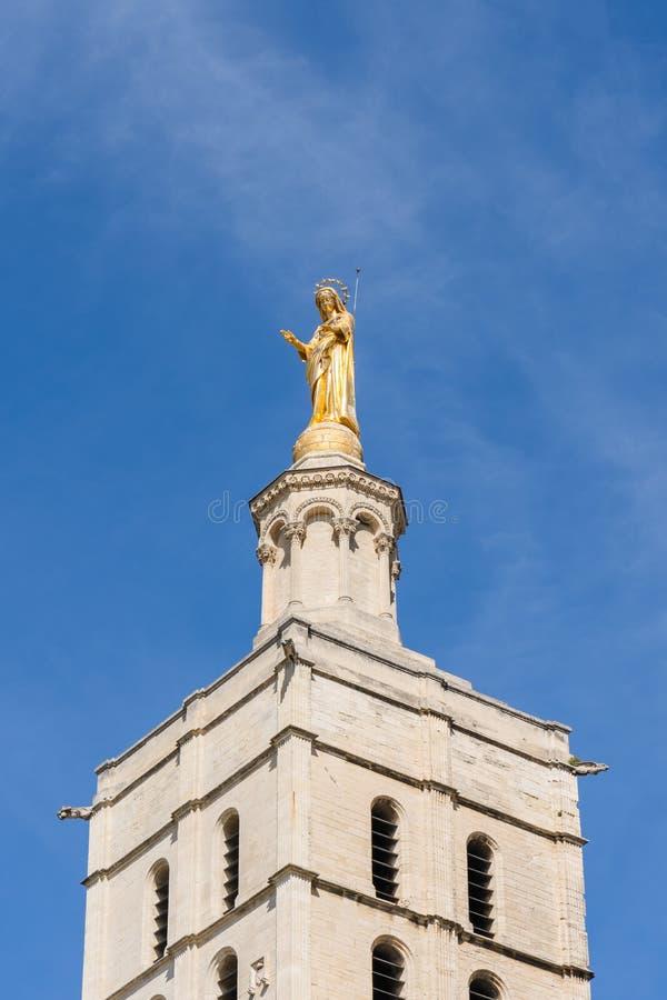 Gouden standbeeld op kerkspits, Avignon, Frankrijk stock foto's