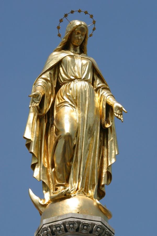 Gouden standbeeld van maagdelijke Mary royalty-vrije stock foto