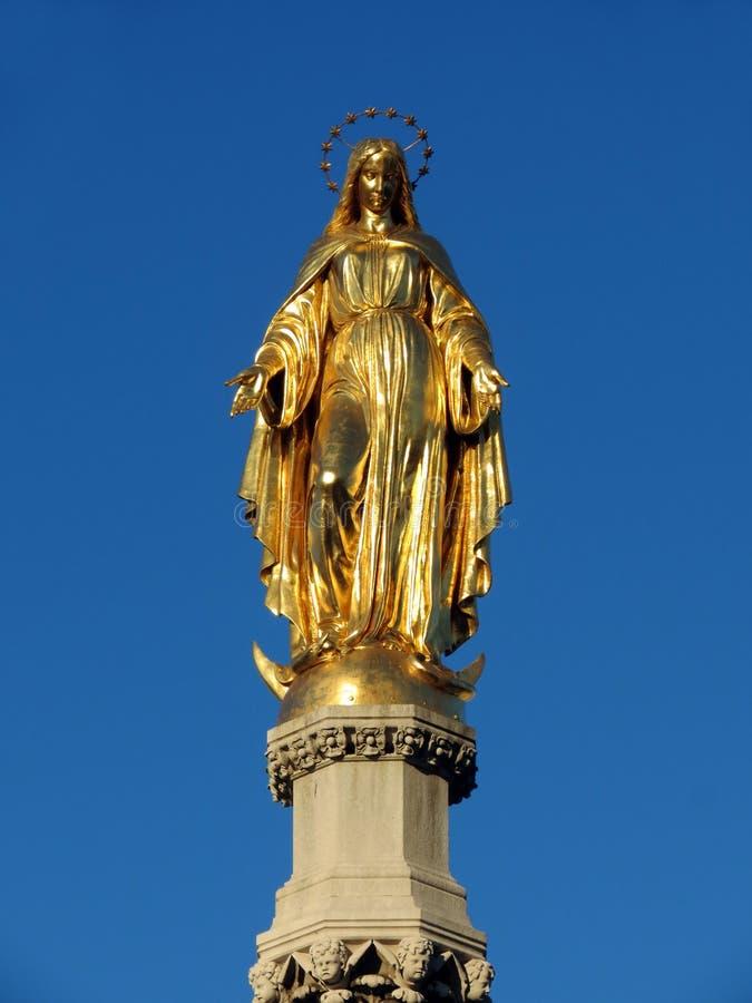 Gouden standbeeld van Maagdelijke Mary, de kathedraal van Zagreb stock afbeelding