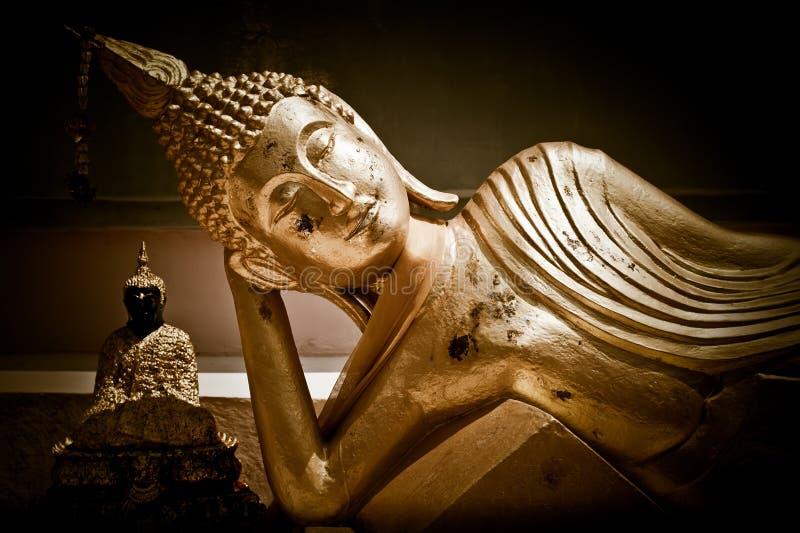 Gouden standbeeld van rustende Boedha. Thailand royalty-vrije stock foto