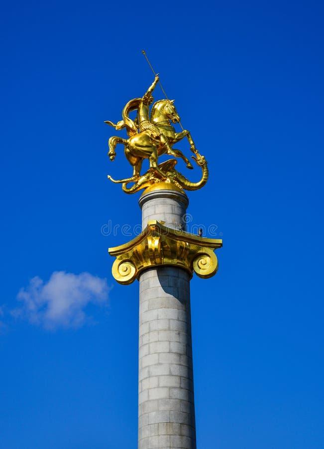 Gouden standbeeld van St George in Tbilisi, Georgi? stock foto's