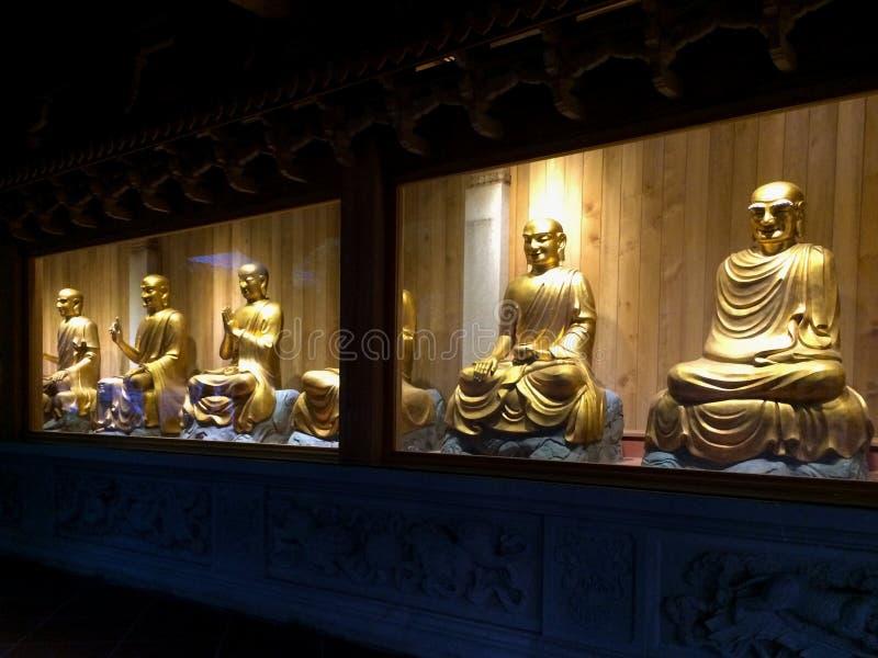 Gouden standbeelden van arhats bij Nanputuo-Tempel in Xiamen-stad, China royalty-vrije stock fotografie