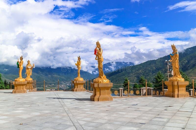 Gouden standbeelden van Boeddhistische vrouwelijke goden bij de tempel van Boedha Dordenma, Thimphu, Bhutan royalty-vrije stock fotografie