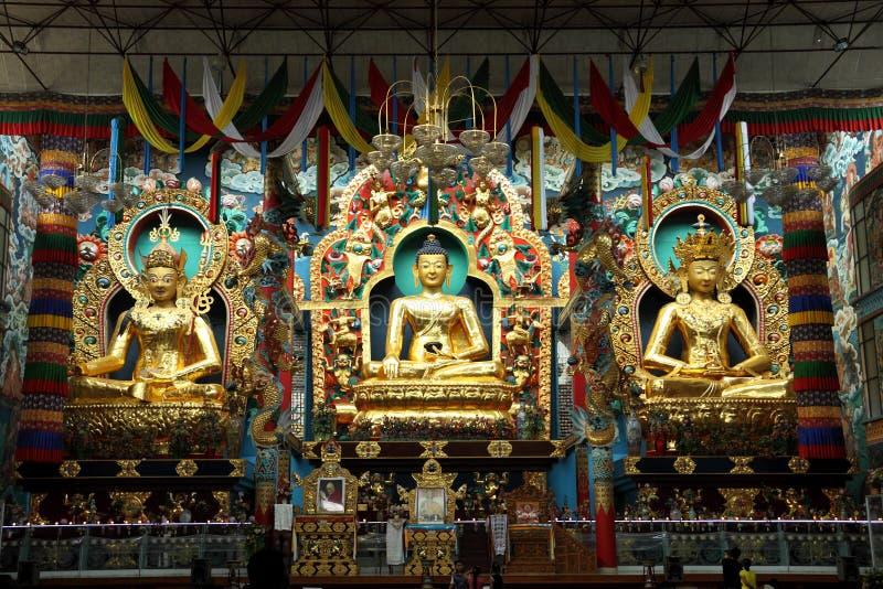 Gouden standbeelden van Gautama Buddha, Padmasambhava en Amitayus royalty-vrije stock foto's