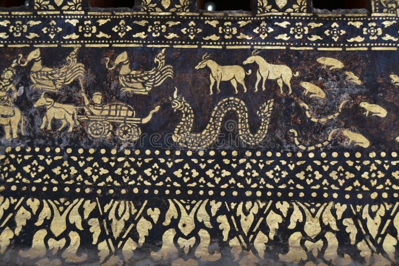 Gouden Standbeeldenmuurschilderingen en het Snijden in de Boeddhistische Tempels van Luang Prabang Laos royalty-vrije stock foto