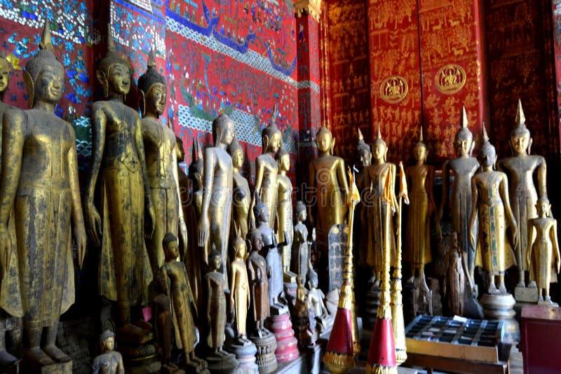 Gouden Standbeeldenmuurschilderingen en het Snijden in de Boeddhistische Tempels van Luang Prabang Laos stock afbeeldingen
