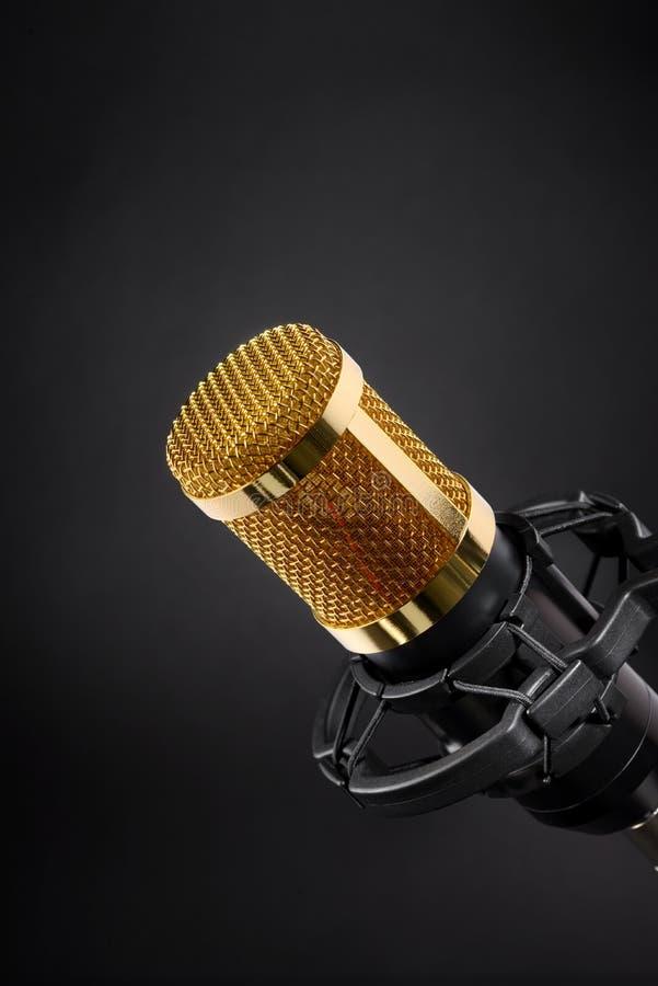 Gouden studiomicrofoon op zwarte royalty-vrije stock foto